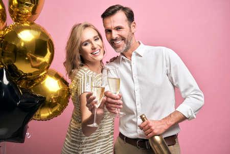 Happy couple celebrating the New Year 스톡 콘텐츠