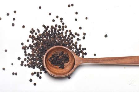 pimienta negra: Black pepper spices in wooden spoon