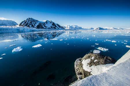 Arctic Frühjahr im Süden von Spitzbergen Standard-Bild - 59237737