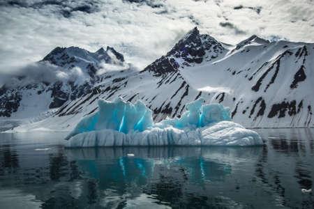Arctic Frühjahr im Süden von Spitzbergen Standard-Bild - 59237740