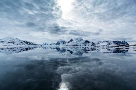 Arktischen Winter im Süden von Spitzbergen Standard-Bild - 44972707