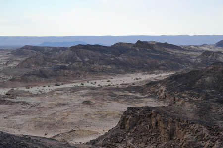 Hiking at bottom of Makhtesh Ramon Crater, Mitzpe Ramon, Negev desert, Israel Stockfoto