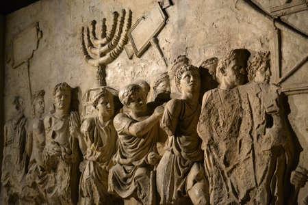 Wandrelief auf dem Titusbogen, der die Menora darstellt, die 70 n. Chr. aus dem Tempel in Jerusalem entnommen wurde - Israelische Geschichte, jüdischer Krieg