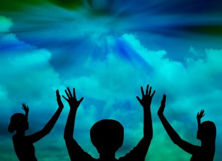 manos levantadas al cielo: Mujer alabanza a Dios