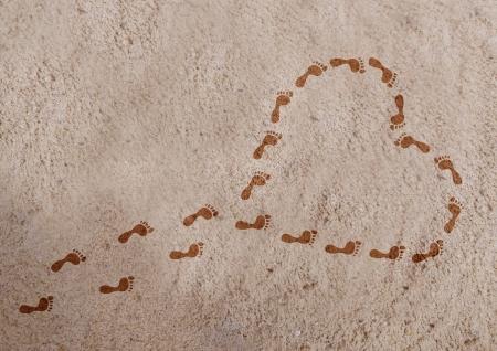 A forma di cuore con le impronte sulla sabbia Archivio Fotografico - 20831412