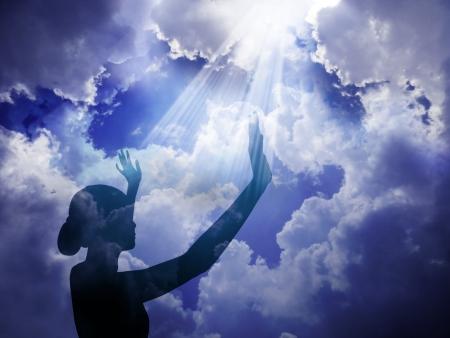 mujer rezando: ¡Alabado sea el Señor Foto de archivo