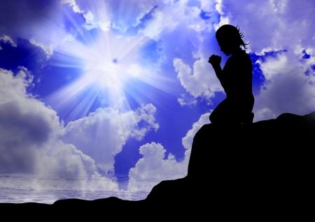 mujer arrodillada: Mujer que ruega a dios