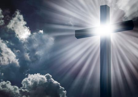 Christelijk kruis met felle zon en wolken achtergrond