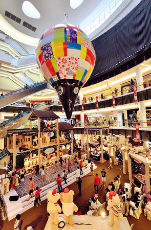 paradigma: Kuala Lumpur, Malasia - Diciembre 25,2013 decoraci�n de Navidad en Paradigm Mall.
