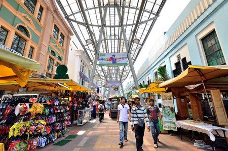 central market: Kuala Lumpur, Malasia - 16 de febrero 2014 - La gente puede ver caminar y hacer compras alrededor Kasturi Walk junto Mercado Central, Kuala Lumpur