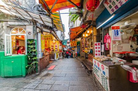 Jiufen, Taiwan - Maart 18,2015: Toeristen kunnen zien lopen door de Jiufen oude straat, langs de straat zijn er winkels automaten de meest bekende land snack van Jiufen en diverse lokale accessoires.