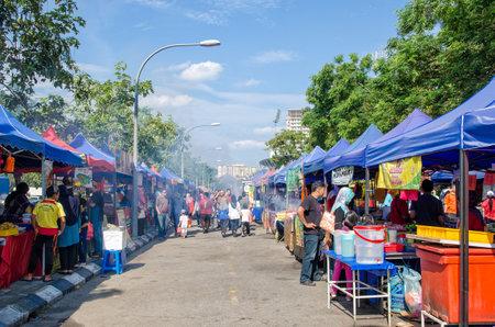 Kuala Lumpur, Malesia - 5 luglio 2015: La gente ha visto che cammina e che compra gli alimenti intorno al bazar di Ramadan. È stabilito affinchè i musulmani si rompa velocemente durante il mese santo di Ramadan.