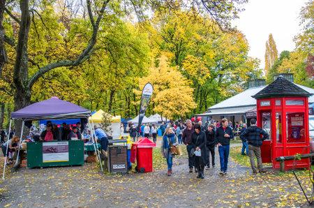 Arrowtown, Neuseeland - April 23,2016: Die Menschen können während des Arrow Autumn Festival in Neuseeland zu erkunden und Einkaufen rund um die Kunst-und Handwerksmarkt gesehen. Editorial