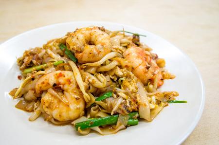 튀김 Char Kway Teow는 말레이시아와 싱가포르에서 인기있는 음식입니다.