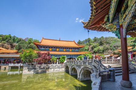 쿤밍, 윈난 -4 월 8,2017 : Yuantong 사원 쿤밍, 윈난 성, 중국에서에서 가장 유명한 불교 사원입니다. 사람들은 주변을 둘러 볼 수 있습니다.