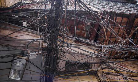 하노이, 베트남에있는 극에 지저분한 전기 배선.