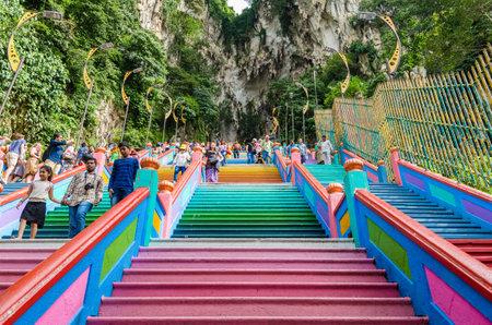 Kuala Lumpur, Maleisië - 12 December 2018: Schilderachtig uitzicht op de Batu-grotten in Gombak, Maleisië. Mensen kunnen de trappen zien klimmen van of naar de tempel die zich in de grot bevindt. Redactioneel