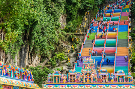 Kuala Lumpur, Maleisië - 12 december 2018: Batu Caves is een kalkstenen heuvel met een reeks grotten en grottempels in Gombak, Maleisië. Mensen kunnen eromheen zien verkennen. Redactioneel