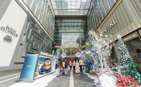 Kuala Lumpur, Malasia - Diciembre 29,2018: Decoración navideña en la entrada del Pabellón de Kuala Lumpur. Se puede ver a la gente explorando y comprando a su alrededor.