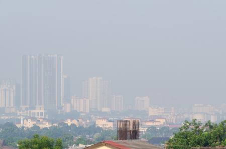 Schlechte Sicht auf die Stadt mit gefährlichem Dunst und Nebel in Kuala Lumpur, Malaysia. Standard-Bild