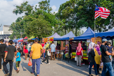 Kuala Lumpur,Malaysia - May 25, 2019 : People seen exploring and buying foods around the Ramadan Bazaar.It is established for muslim to break fast during the holy month of Ramadan. 報道画像