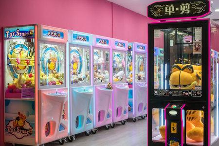 Kuala Lumpur, Malasia - Septiembre 7,2019: Máquina de grúa de garra de juguete colorido juego de arcade donde la gente puede ganar juguetes y otros premios que se encuentra en el centro comercial, Kuala Lumpur. Editorial