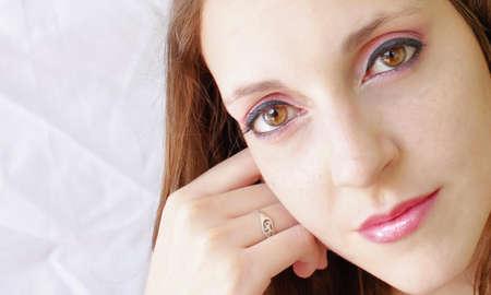 lunares rojos: mujer sonriente con maquillaje rosado