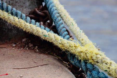gefesselt: Seile auf dem Fluss gebunden