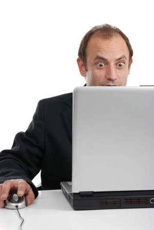 bid: hombre fascinado por la oferta de internet