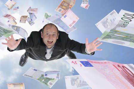 raining: Hombre afortunado billetes vuelan dinero ganancia inesperada Foto de archivo