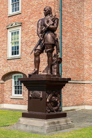 A Grade II listed statue of Oliver Cromwell  on a plinth in the grounds of the Warrington Academy Building Warrington Cheshire May 2018 Banque d'images - 104682353
