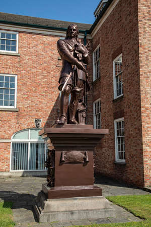 A Grade II listed statue of Oliver Cromwell  on a plinth in the grounds of the Warrington Academy Building Warrington Cheshire May 2018 Banque d'images - 104682354