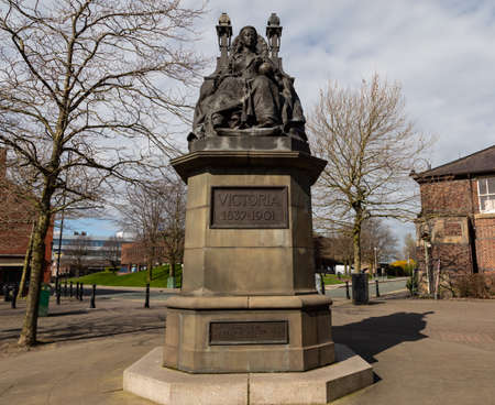 Statue of Queen Victoria on a throne St Helens Merseyside England March 2019 Banque d'images - 121017143