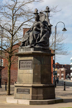Statue of Queen Victoria on a throne St Helens Merseyside England March 2019 Banque d'images - 121017145
