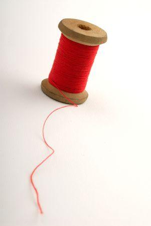 bobina: bobina del color rojo de secuencias en el fondo blanco, cierre para arriba