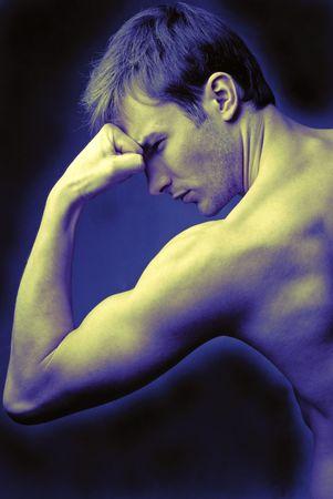 stark: Junger Mann macht Sport �bungen stark mit der Hand gebogen, in der N�he von