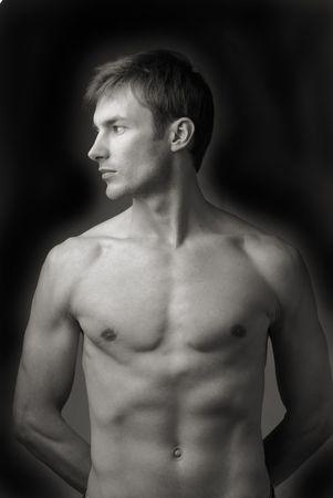 uomini nudi: Ritratto di giovane nudo uomini che guarda a parte a sfondo scuro  Archivio Fotografico