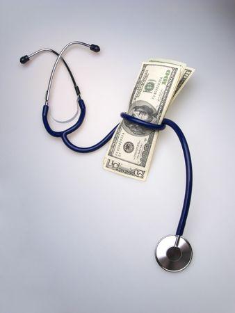 医学の聴診器と明るい背景にドル紙幣のパック