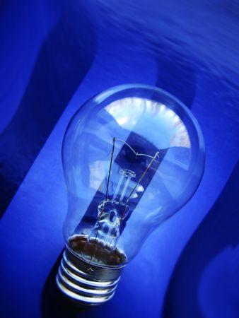 暗い青色の背景に電球をクローズ アップ 写真素材