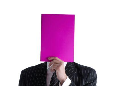 マゼンダ色の手雑誌カラー表紙のビジネスマンを保持します。
