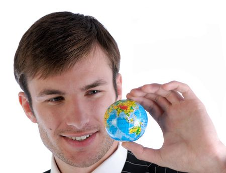 dataflow: joven hombre de negocios en traje tiene modelo de mundo y refleja en parte
