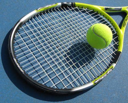 テニス ラケットと訓練のコートにボールを晴れた日