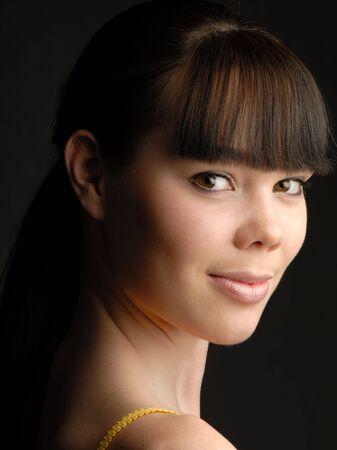 tonalit�: Portrait de jeune fille au joli studio dans une tonalit� sombre