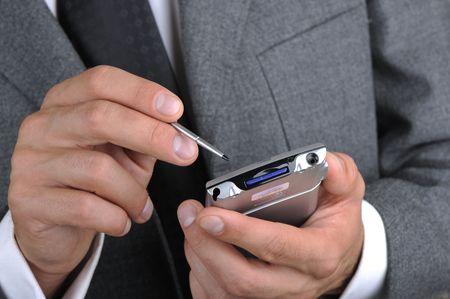 ポータブル コンピューターとしてビジネスマン作品手クローズ アップ