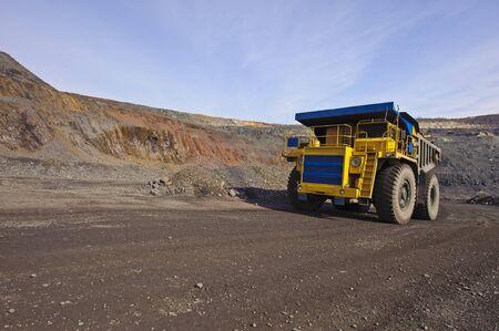 camion minero: El cami�n diesel grandes saca mineral de hierro desde un cielo abierto mina