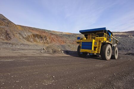 mijnbouw: The big diesel lorry takes out iron ore from an open-cast mine