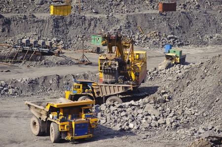 camion minero: Exportaci�n de mineral de hierro en la carrera por el camino abierto por medio de dragas y camiones de carga y