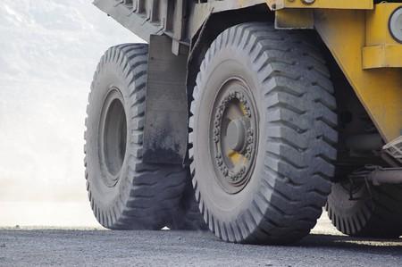 クラッシャー バンカーでトラック鉱石、オープン キャスト鉱山産鉄鉱石の抽出オープンな方法で