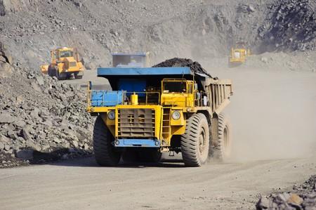 大きなディーゼル トラックを取り出しオープン キャストからの鉄鉱石鉱山