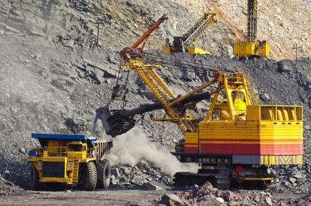 miner�a: Exportaci�n de mineral de hierro en la carrera por el camino abierto por medio de dragas y camiones de carga y